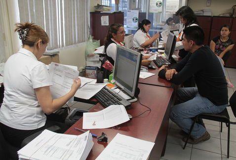 Burócratas recibirán aumento salarial de 5.7 por ciento