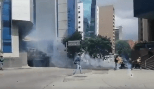 #Video Bomba lacrimógena golpea a camarógrafo en Venezuela - Captura de pantalla