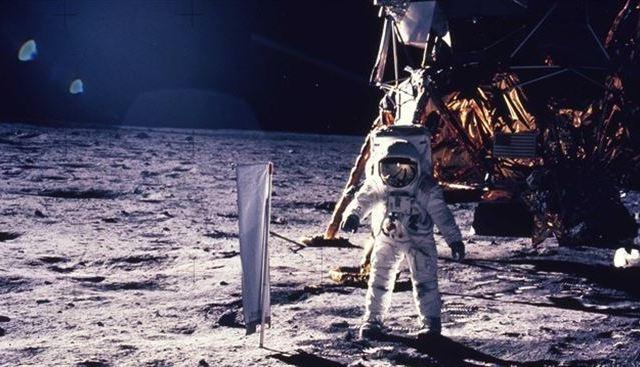 Subastarán bolsa con polvo lunar recolectado por Neil Armstrong