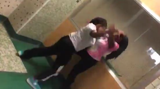 #Video Noquean a profesora durante pelea de estudiantes