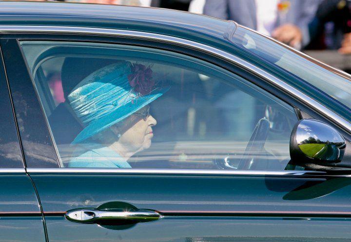 La reina Isabel II conduce su Jaguar - Foto by Indigo/Getty Images