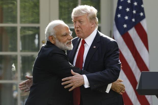 Incómodo abrazo entre Trump y el presidente de India - Foto de Getty