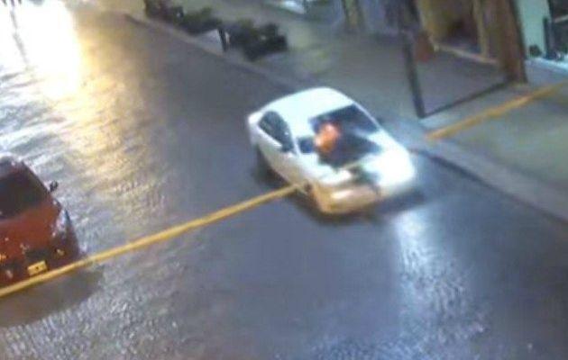 Video: hombre arrastra a policía para evitar control policiaco en Argentina