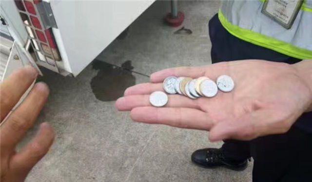 Retrasan vuelo cinco horas por mujer que lanzó monedas a turbina
