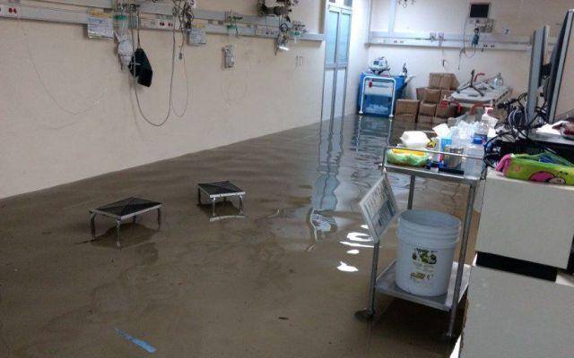 Ante inundación en el Hospital General La Villa, trasladarán a enfermos - Foto de @vialhermes