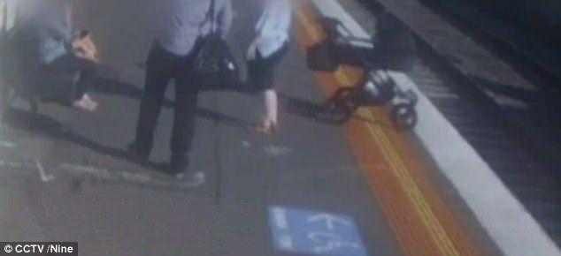 #Video Bebé cae a las vías del tren por distracción de sus padres