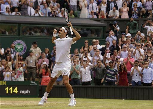 Federer asciende al tercer lugar del ranking de la ATP - Roger Federer festeja luego de derrotar a Marin cilic en la final de Wimbledon. Foto de AP Foto/Alastair Grant