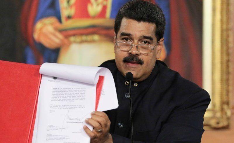 Gobierno de EE. UU. impone sanciones a 13 funcionarios de Venezuela - Venezuela's President Nicolas Maduro holds a document as he speaks during a ceremony at Miraflores Palace in Caracas, Venezuela May 1, 2017. Miraflores Palace/Handout via REUTERS ATTENTION EDITORS - THIS PICTURE WAS PROVIDED BY A THIRD PARTY. EDITORIAL USE ONLY.