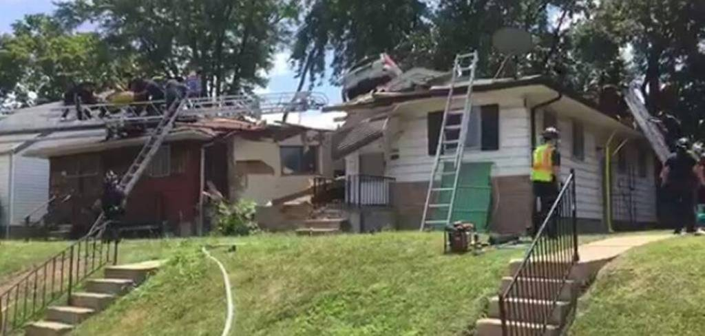 #Video Auto aterriza en techo de casa en Misuri