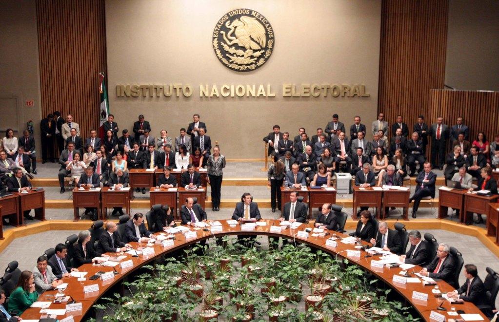 """Presidencia impugna lineamientos del INE para """"cancha pareja"""" - Foto de Archivo"""