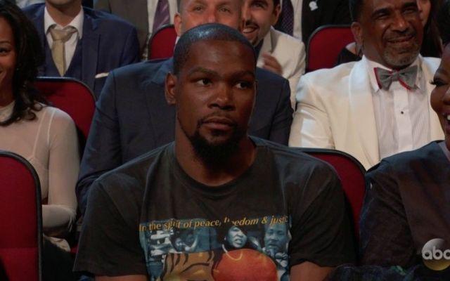#Video A Durant no le pareció el chiste que Manning hizo sobre él