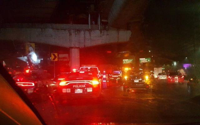 Afectación vial en Periférico y Palmas por caída de carga de tráiler - Foto de @Conejitoazul19