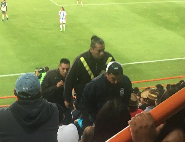 Sacan a hombre de Estadio Hidalgo por insultar a portera