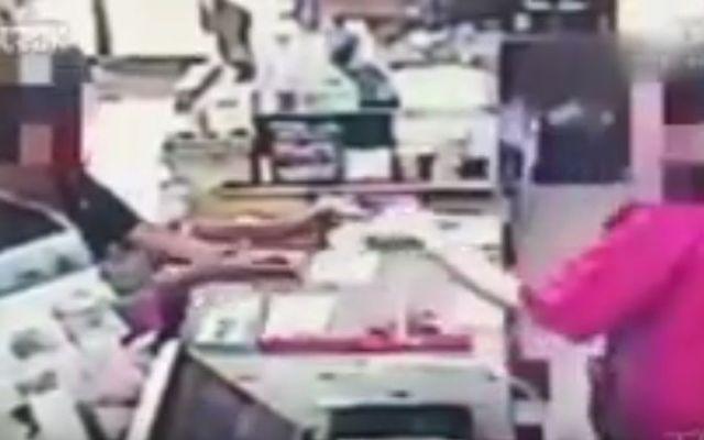 #Viral Cajera quita pistola a asaltante en China