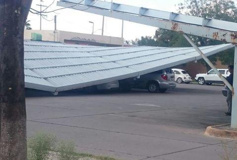 Techo del IMSS cae y aplasta vehículos en Torreón