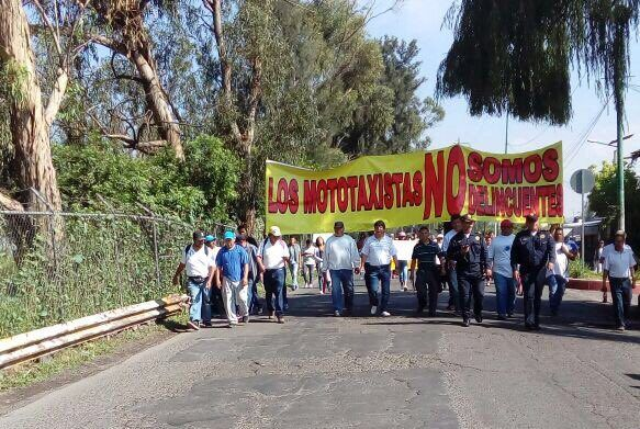 Mototaxistas marchan contra operativo en Tláhuac