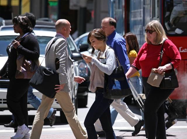 Uso de celular puede producir problemas cervicales - Foto de internet