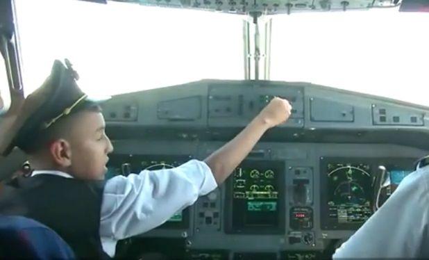#Video Suspenden a pilotos tras dejar volar avión a menor de 12 años