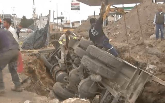Vuelca camión de carga por socavón en Eje 10 Sur - Foto de Foro TV