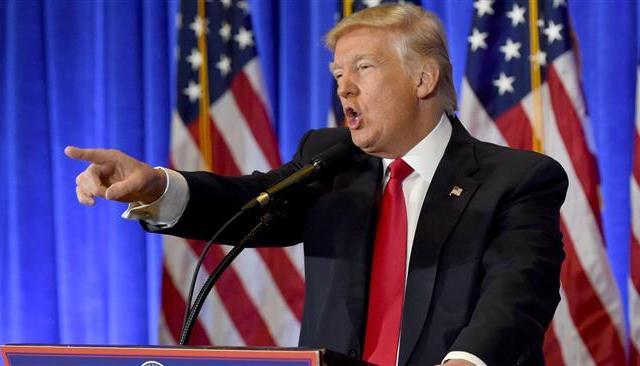 Trump amenaza con inspeccionar licencias de cadenas de televisión - Foto de AP