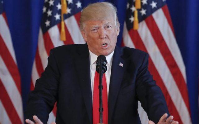 Fuertes críticas a Trump por no culpar a supremacistas de violencia en Virginia - Donald Trump. Foto de AP