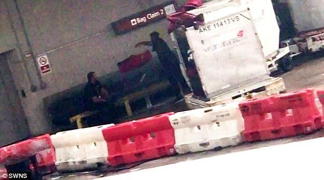 #Video Captan a trabajadores de aeropuerto lanzando equipaje