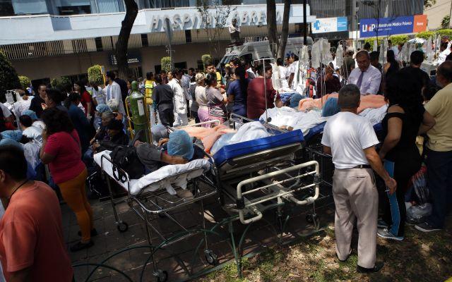 IMSS ofrece plataforma para ubicar a pacientes atendidos en sus hospitales - Los pacientes se encuentran en sus camas de hospital después de ser evacuados luego de un terremoto en la Ciudad de México, el martes 19 de septiembre de 2017. (AP Foto/Rebecca Blackwell)