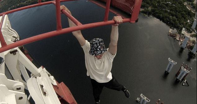 #Video Adolescentes escalan grúa de más de 180 metros del suelo