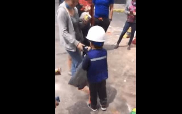 #Video Niño reparte dulces a rescatistas