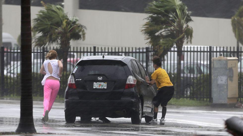 Casa Blanca solicita 29 mil mdd al Congreso para atención de desastres - Automovilistas varados tratan de regresar a su coche luego de una avería mientras el huracán Irma. Foto de AP.