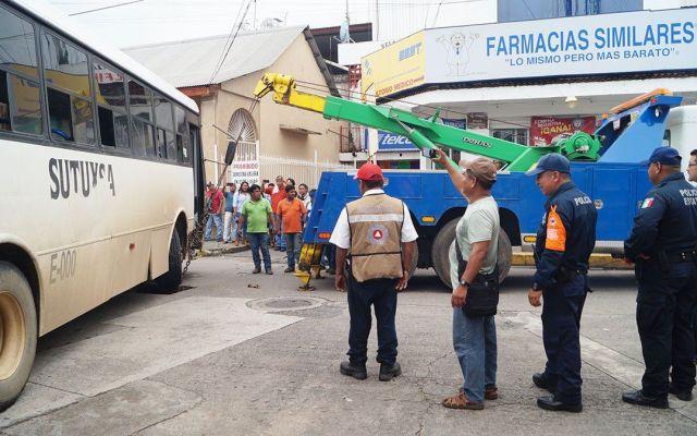 Camión de pasajeros cae en socavón en Tuxtepec - Foto de Revista Radar