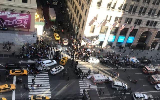 Camioneta embiste a peatones en Manhattan