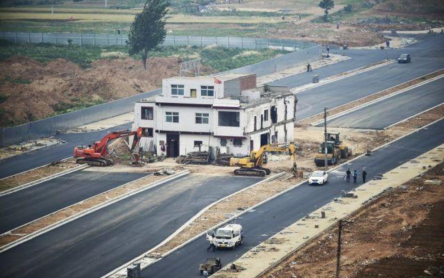 China derrumba casa tras 14 años obstruyendo una carretera - Foto de Getty