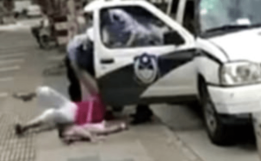 #Video Policía golpea a madre que cargaba a menor por estacionarse en lugar prohibido