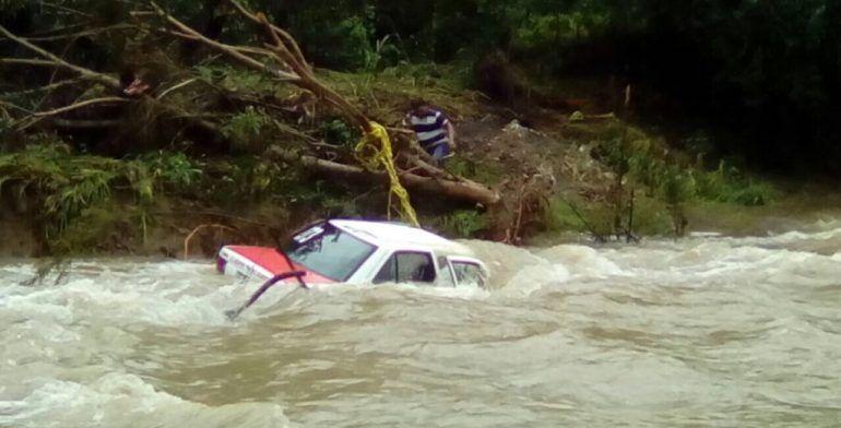 Corriente arrastra taxi con cuatro pasajeros en Veracruz