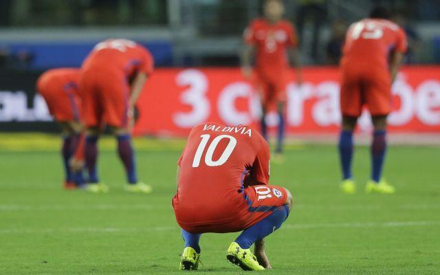 Eliminación de La Roja en las portadas de medios chilenos - Los jugadores de Chile reaccionan tras perder 3-0 ante Brasil y quedar fuera de la Copa del Mundo del próximo año el martes, 10 de octubre de 2017, en Sao Paulo.  (AP Foto/Nelson Antoine)