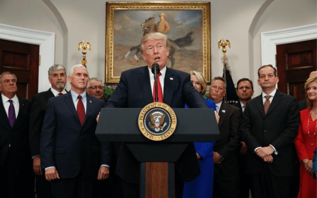 Trump suspenderá pago de subsidios a seguros de salud - Foto de AP/Evan Vucci