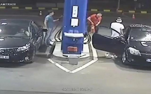 #Video Hombre rocía con extinguidor a joven que fumaba en gasolinera