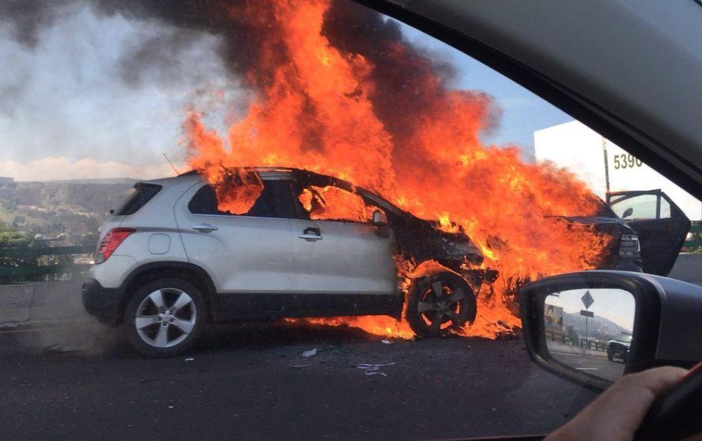 Se incendia vehículo en Viaducto Bicentenario - Foto de @psicdanielam