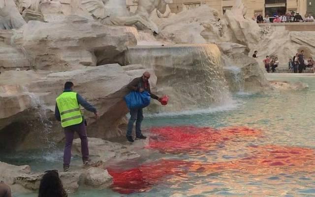 Arrojan pintura roja a la Fontana di Trevi