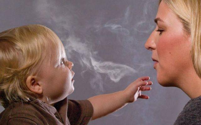 Los riesgos que corre un menor expuesto al humo de cigarro - Foto de Internet