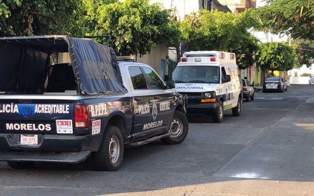 CNDH emite recomendación por ejecución arbitraria en Temixco, Morelos - Patrulla y ambulancia afuera de casa donde seis personas fueron asesinadas. Foto de @regionalmorelos