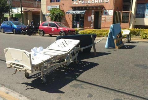 Médicos sindicalizados usan camillas para bloqueo en Oaxaca - Foto de Milenio
