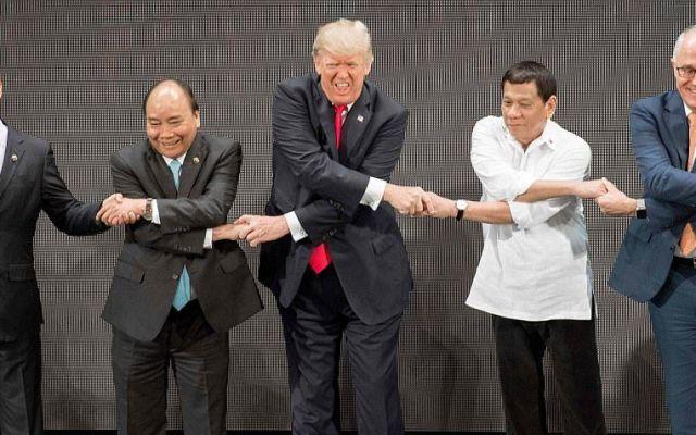 Saludo tradicional complica a Trump en Filipinas