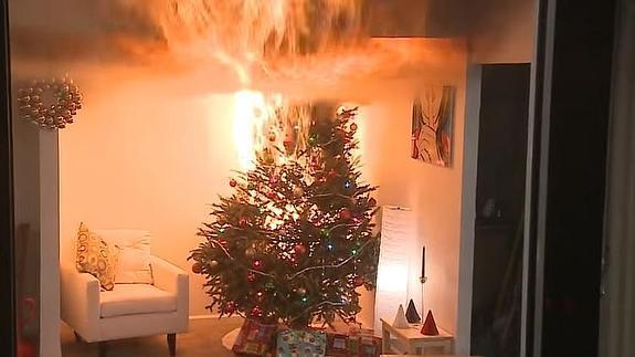 Bomberos realizan demostración de incendio de árbol de Navidad con luces 'piratas' - Foto de Internet