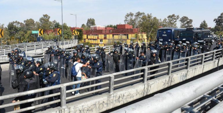 Policía capitalina evita bloqueo al AICM - Foto de José M. Ruiz/Quadratín
