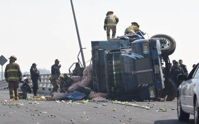 Vuelca camión de carga en Coyoacán tras persecución - Foto de Quadratín