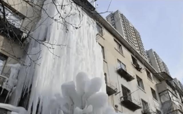 Fuga de agua cubre edificio de hielo en China