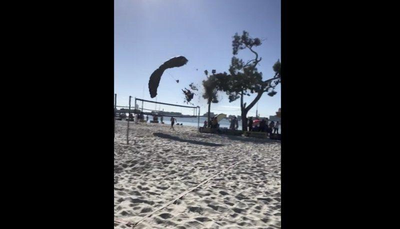 #Video Santa Claus se rompe una pierna tras lanzarse en paracaídas