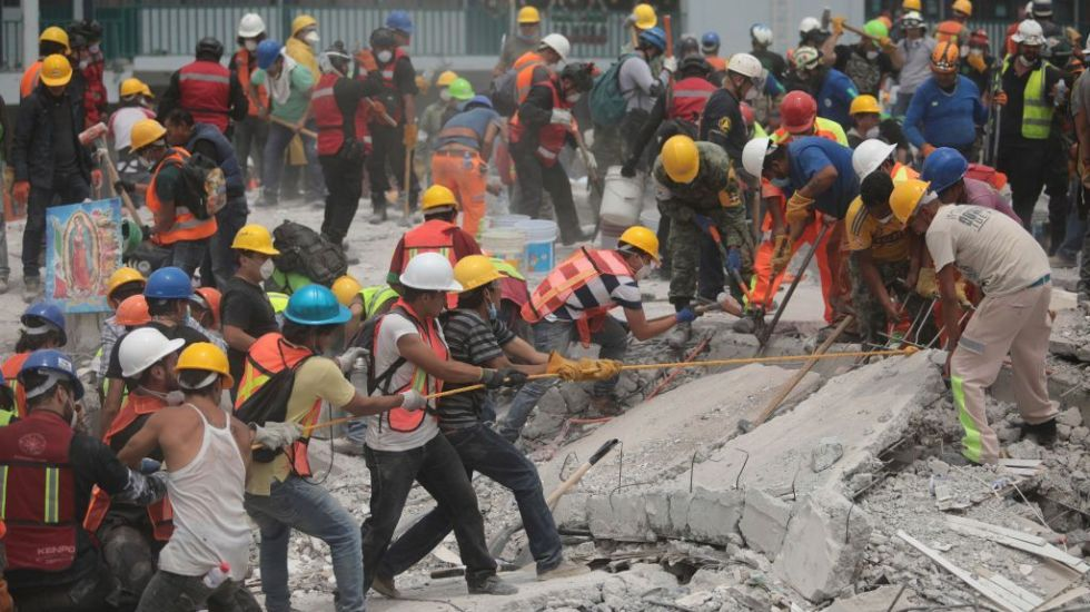 Se necesitan políticas de prevención y no de reacción ante desastres: Senado - MEXICO CITY, MEXICO - SEPTEMBER 21: Rescuers and volunteers work in a textile factory that collapsed two days after the magnitude 7.1 earthquake jolted central Mexico killing more than 250 hundred people, damaging buildings, knocking out power and causing alarm throughout the capital on September 21, 2017 in Mexico City, Mexico. The earthquake comes 32 years after a magnitude-8.0 earthquake hit on September 19, 1985. (Photo by Hector Vivas/Getty Images)